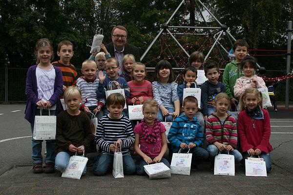Freuen sich über die Lesetüte: Die Mädchen und Jungen der Klasse 1b der Grundschule Heiligenkirchen mit Alfred Westermann